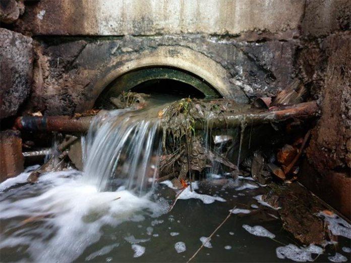 Стік води зі сторони озер на вулицях Росистій і райдужній. Явно забитий.