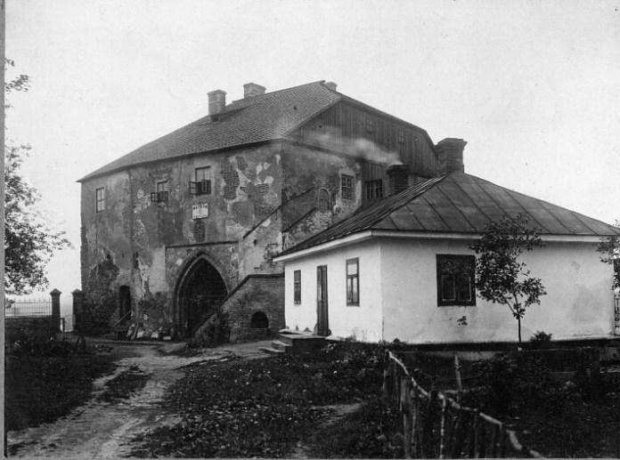 У цій замковій будівлі був музей князів Острозьких за часів Польщі