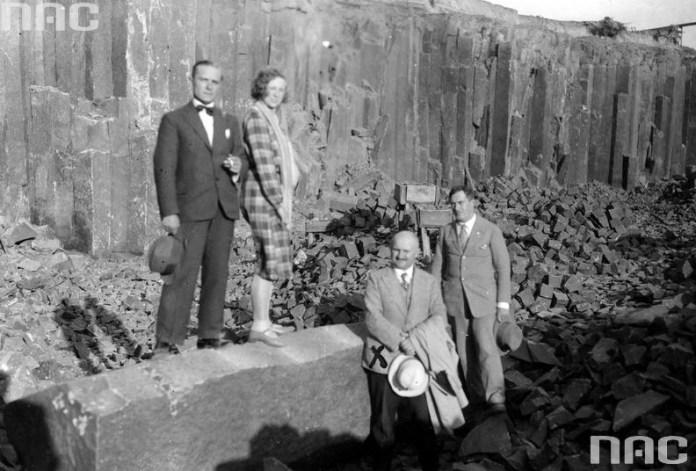 Леонард Шутковскі (стоїть внизу ліворуч) – директор каменоломень з колегами