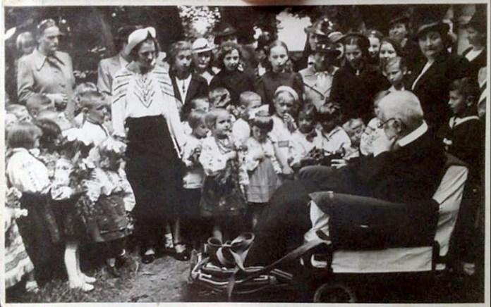 Митрополит Андрей Шептицький та діти із захоронки на Левандівці, 1938р.