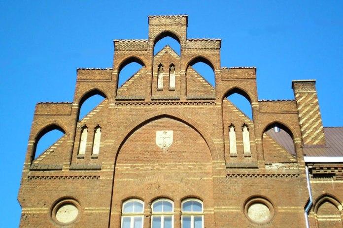 Школа Святої Анни. Фронтон головного фасаду