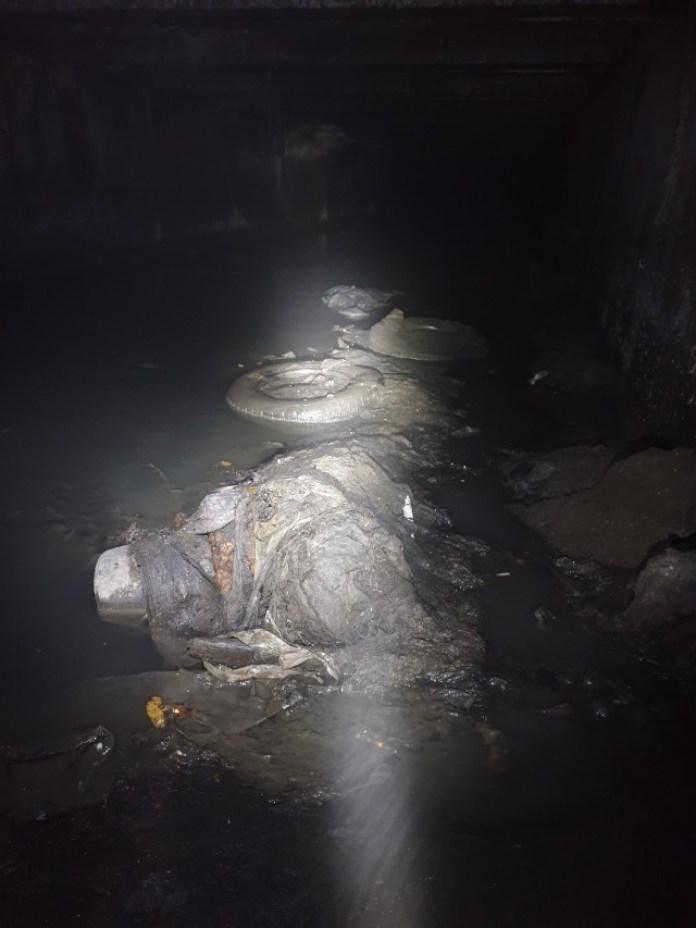 Забруднене дно колектора під вулицею Широкою