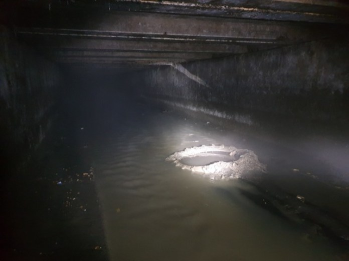 А ось на фото той же колектор, але нижче по течії. Теж є бруд, але менше. Тут вже вода тече по центру, де їй і місце. Є широкі бортики щоб вільно пройти.