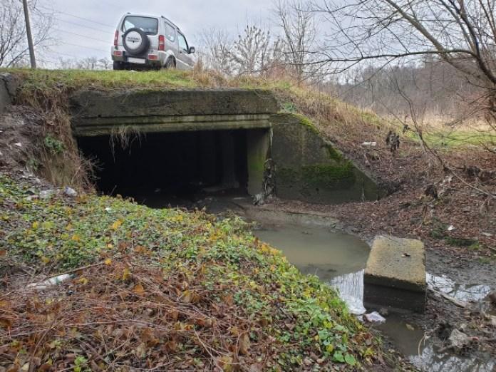 Вхід в тунель знаходиться зразу під дорогою і йде в сторону вулиці Широка. Кажуть що цей бетонний блоку сюди скинув горе-водій буса. Раніше він стояв на повороті як відбійник.