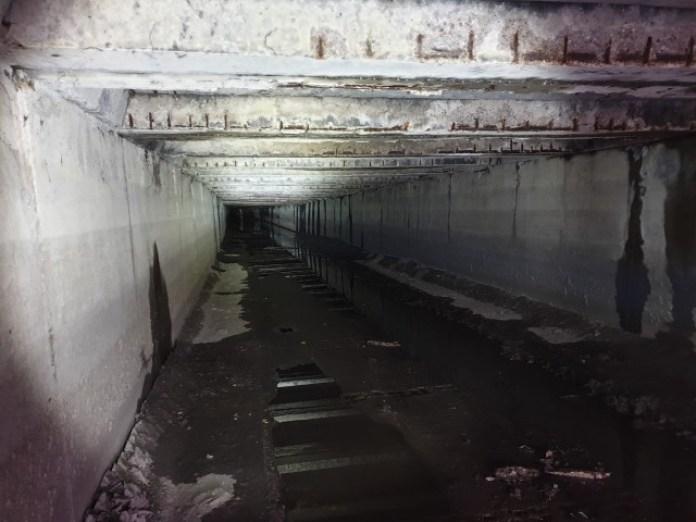 Заходимо в тунель. І справді вулиця Широка! Але щось тут води зовсім немає… А мало би бути багато, мікрорайон ж то великий! Дивно…