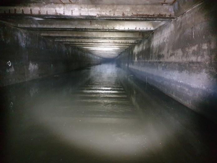 Ну а після переливу в колекторі тепер води стало багато, як і має бути. Плавають какахи. Що ж, почалапали туди далі!
