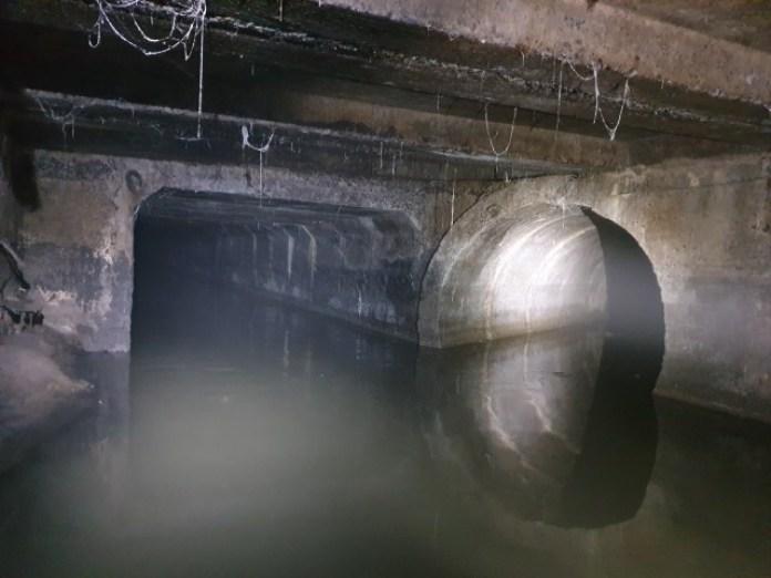 Наліво підеш, в мулі застрянеш. Направо підеш – каках набереш. Обидва тунелі одинакові по висоті. Але в лівий при 1,7м зросту ну ніяк не втиснешся. Стільки там було мулу на дні.