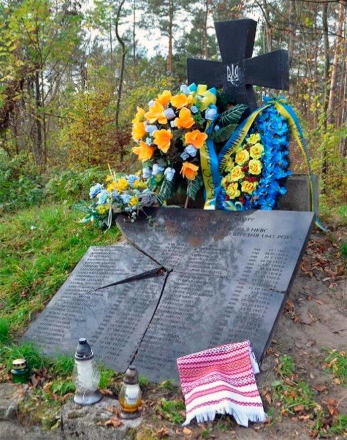 Розбитий пам'ятник УПА в Польщі
