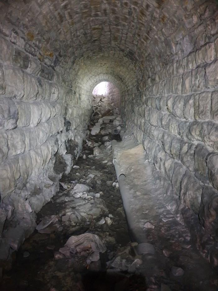 По дну тунелю колись йшов кабель. Станом на 2011 рік він ще був в цій трубі