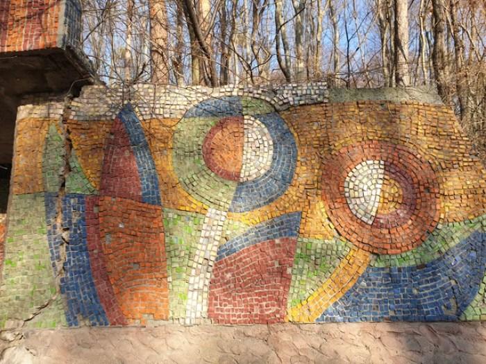 Видно тріщину в стіні. Скоро ця частина мозаїки відпаде☹