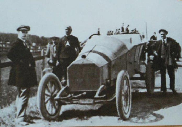 Микола фон Мекк біля свого авто, 1910-ті роки. von-meck.info
