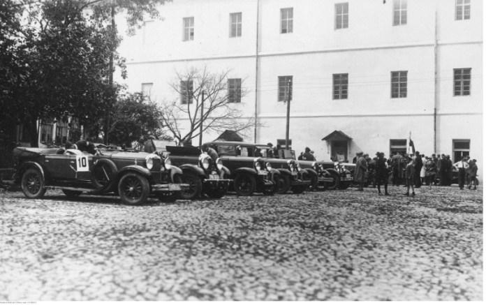 Учасники заїзду в Луцьку біля замку, 1930-ті