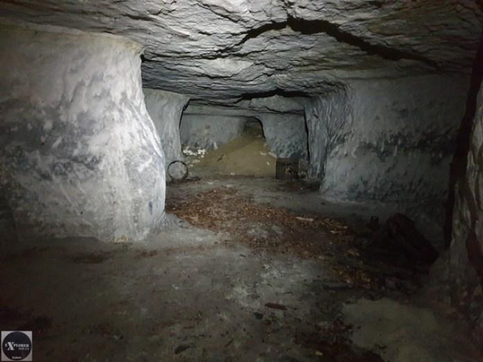 Вдалині видно засипаний горизонтальний вхід. Ліворуч і праворуч є кімнати.
