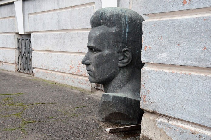 Погруддя Бойку тепер під стіною Волинського краєзнавчого музею