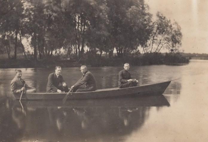 У човні Олександр Бучковський ( 2-й зліва). Дубно, травень 1922 рік