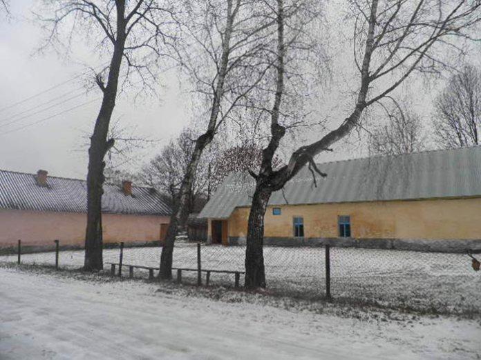 Зліва хата де жила вчителька, справа хата, де в одній з кімнат жила родина Звіринських. Фото Юрій Чабан