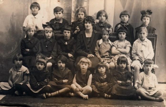 У школі. Іра Бучковська стоїть крайня справа. Дубно, 1928 рік