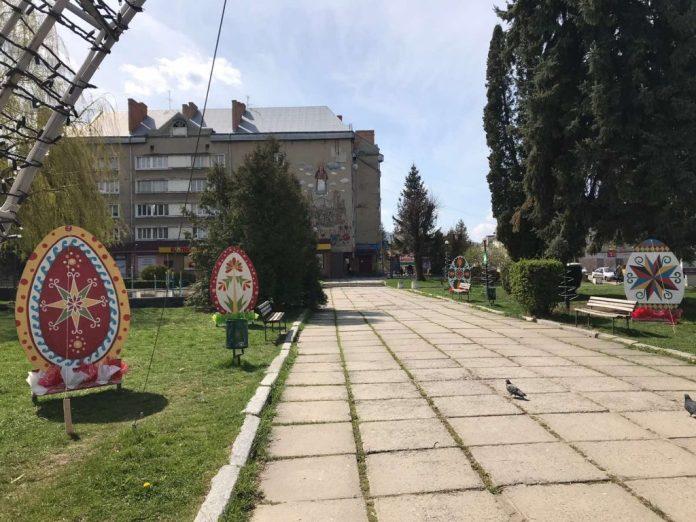 Писанкові декорації на головній алеї в Бориславі