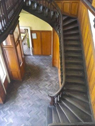 Сходи, які збереглися у колишньому тубдиспансері. Світлила Леся Малахівська