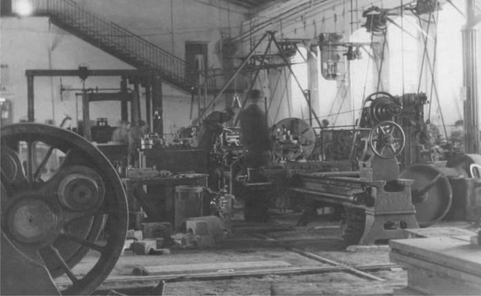 У колісному цеху залізничних майстерень Львова. 1920-30 рр.