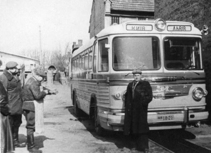 Міжміський автобус ЗіС-154, який обслуговував маршрут Львів – Київ на території автопарку. 1950-ті рр..