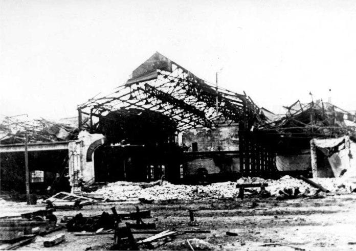 Зруйнований цех складання паровозів Львівського паровозо-вагоноремонтного заводу. 1944 р.