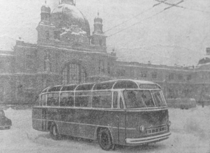 Автобус ЛАЗ-695 біля головного залізничного вокзалу. 1956 р.