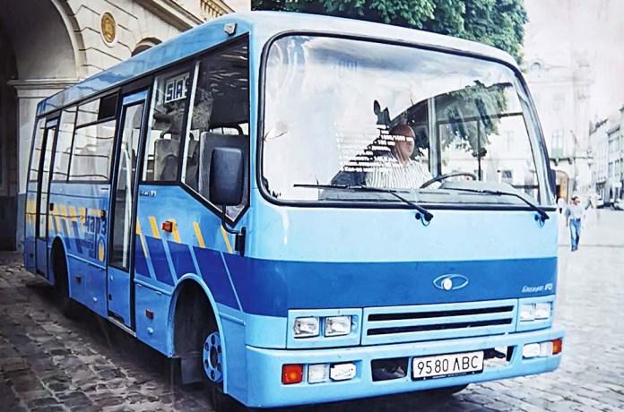 Прототип автобуса «Богдан» А091 на площі Ринок. 1998 рік.