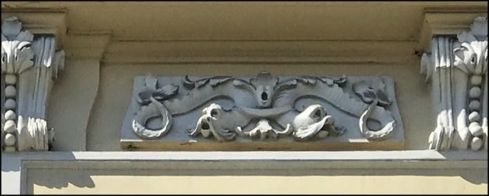 Вусаті і змієподібні дельфіни в декорі будинку на проспекті Свободи, 35