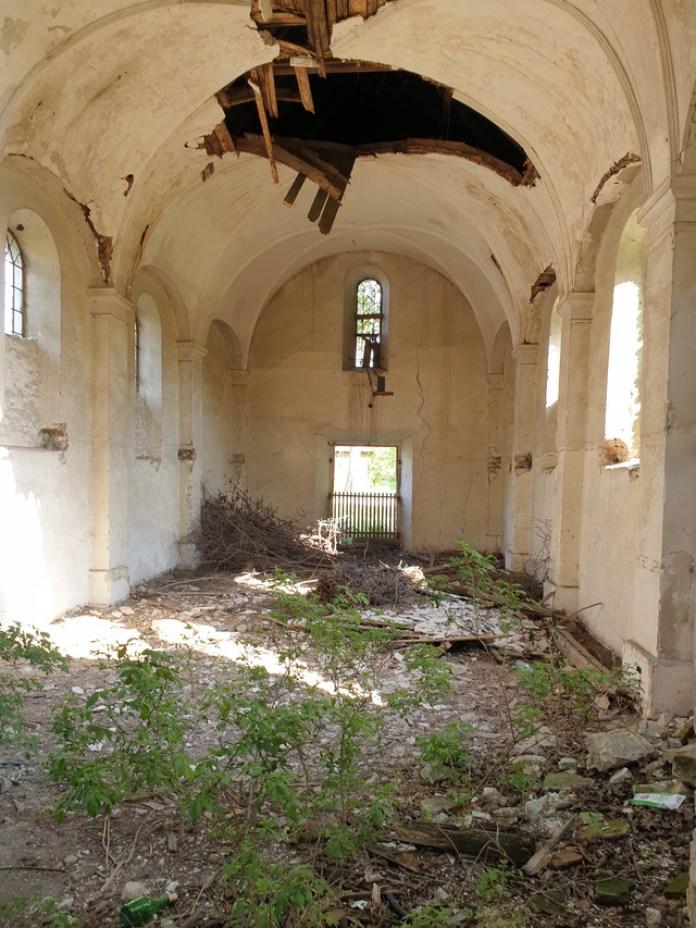 Всередині костелу пустка