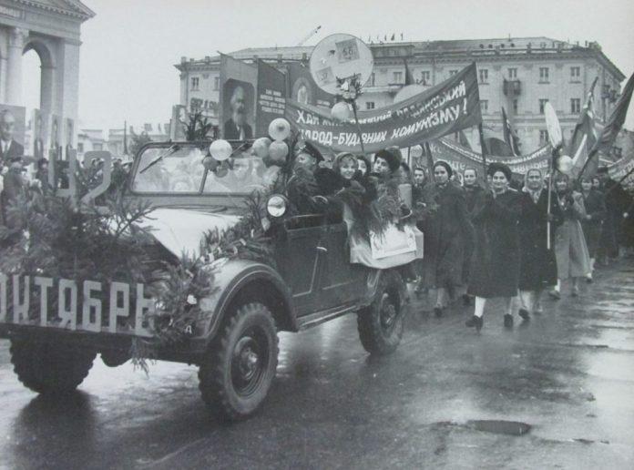 Ще не добудовано театр, а на площі вже парад, 1959 р