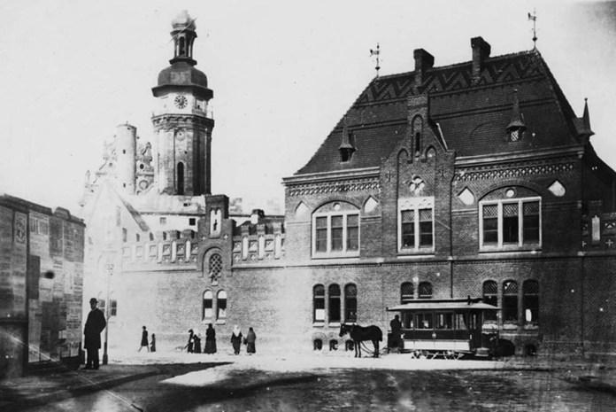 Закритий вагон кінного трамвая на площі Цловій (Митній). 1880-ті рр.