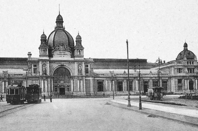 Відкритий вагон кінного трамвая (справа) і вагони електричного трамвая на площі Двірцевій. 1905 р.