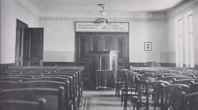Молитовний зал менонітів на другому поверсі, влаштований під час реконструкції будинку у 1925 р. Фото 1930-х рр. За: Heimat Galizien im Bild. – S. 101.