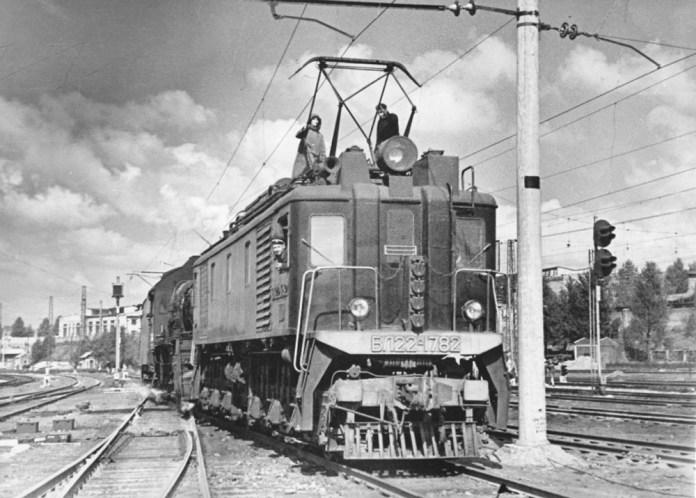 Електровоз ВЛ22М-1782 із паровозом Ер (ззаду) в депо Львів-Захід. Початок 1960-х років. Архів Львівської залізниці
