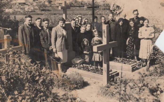 Родина на провідну неділю на православному кладовищі на вул. Литовській, 1960-і роки