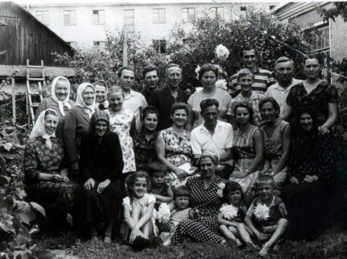 Велика і дружна родина Либаків біля батьківської хати, 1960-і роки