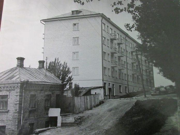 Будинки на Цегельні навпроти повороту на теперішню Старицького, фото 1964 року. Обидва збереглися. П'ятиповерхівка – колишній гуртожиток автобусного парку, згодом до нього добудували ще приміщення