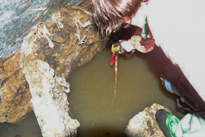 Глибина ями. Фото Олександр Іванов
