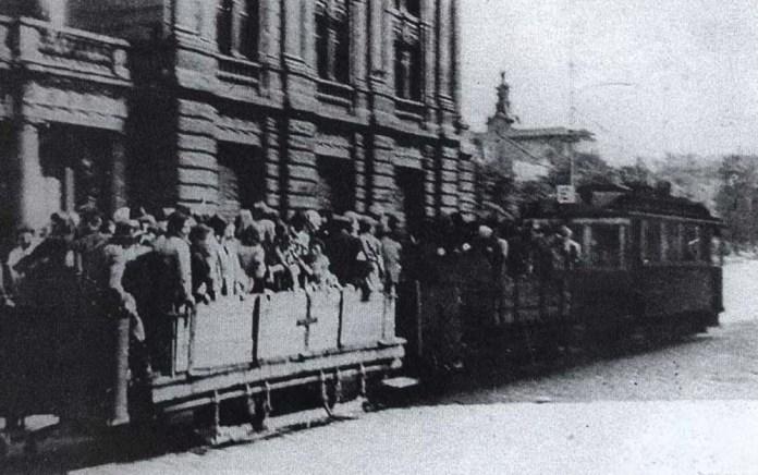 Пасажирський трамвай із двома вантажними причепами. Цими причепами під час нацистської окупації Львова перевозили в'язнів концентраційних таборів