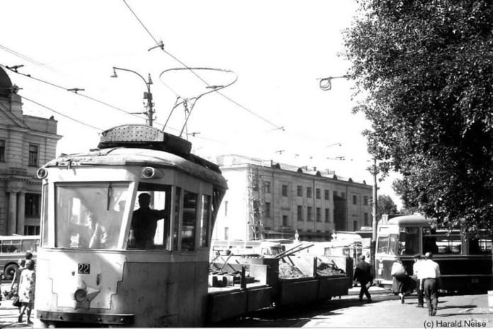 Вантажний трамвайний поїзд в складі моторного вагона «Sanok» і причепа на площі Двірцевій. 1971 рік.
