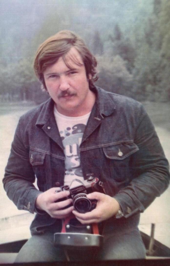 Володимир Івасюк із фотоапаратом на озері Ріца. Гагра, липень 1976 року.