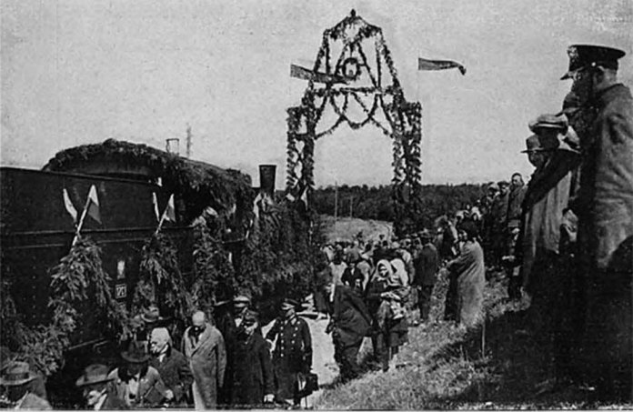 Перший потяг проходить через тріумфальну арку. Відкриття руху на залізниці Стоянів – Луцьк. 1928 р. Фото із колекції Тетяни Яцечко-Блаженко