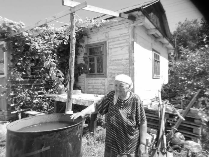 Любов Парнюк біля своєї хати, 2016