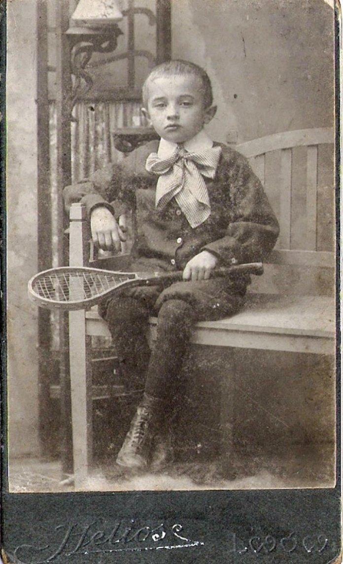 Хлопчик із тенісною ракеткою, Львів, поч. ХХ ст.