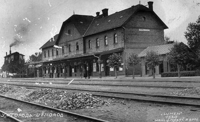 Перший залізничний вокзал в Ужгороді, зведений у 1904 р. Зараз в цьому будинку приміські каси