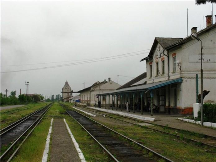 Станція Виноградів-Закарпатський. Фото 2011 р. Крайня ліва колія – суміщена українського (1520 мм.) і європейського (1435 мм.) стандартів.