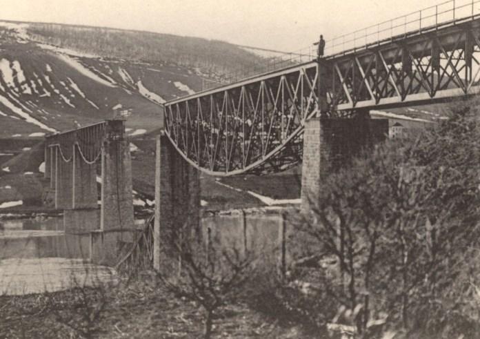 Зруйнований міст через Дністер біля Заліщиків. Фото 1915 р.