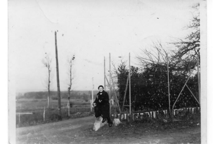 Катерина Десницька біля свого будинку у Франції. Фото з архіву Олександри Корсюк, с. Новостав. Публікується вперше