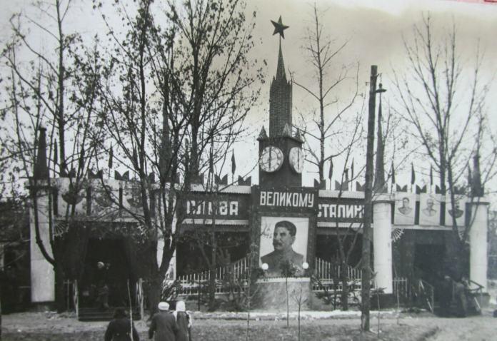 """Трохи """"кремлівської стіни"""" в рівненському парку"""